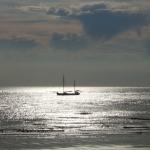 Boot vor Norderney im Sonnenlicht