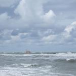 Wolken, blauer Himmel, Wellen